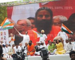 Hoisitng Indian Flag : Jantar Mantar 03 June 2012