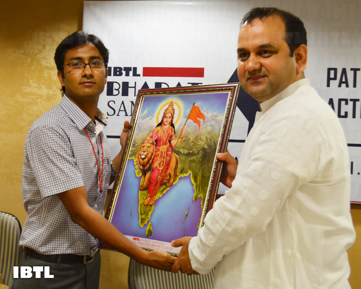 Shri Maheish Girri Ji being felictitated : IBTL Bharat Samvaad