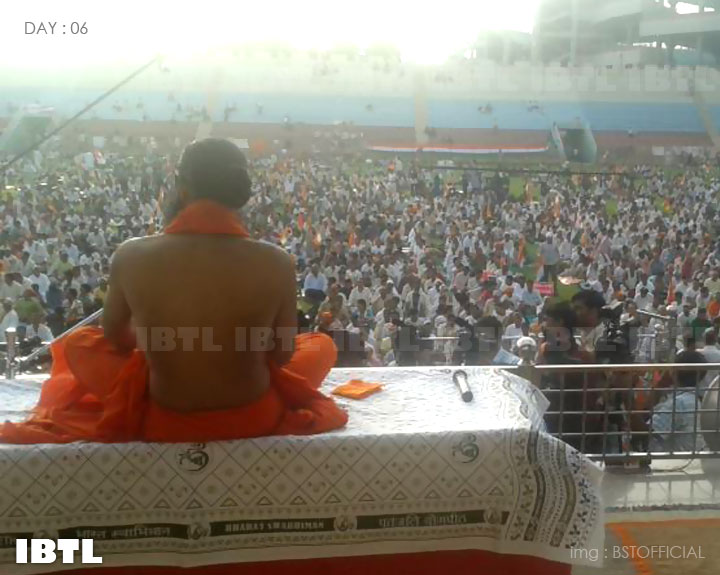 Baba Ramdev addressing protesters at Ambedkar Stadium