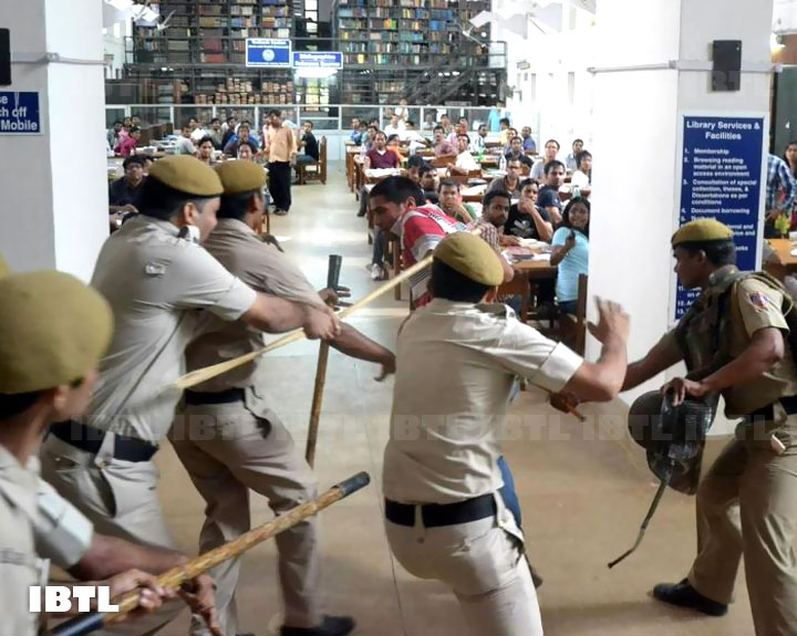 Police Lathicharge inside DU Central library