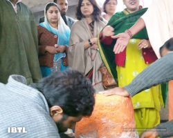 Meenakshi Lekhi and Kashmiri Pandit ladies performing rituals at temple