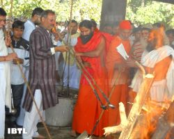 Baba Ramdev and Bhai Pradeep Dixit performing funeral ceremony