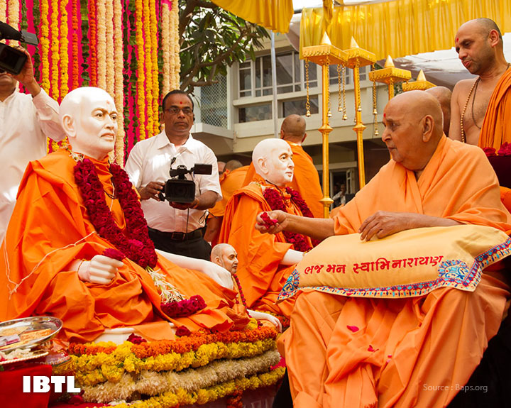 Pramukh Swami Maharaj performs pujan of murtis