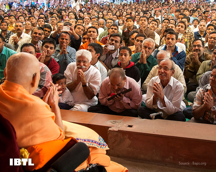 Devotees doing darshan of Pramukh Swami Maharaj