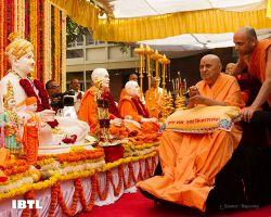 Pramukh Swami Maharaj performs pratishtha arti