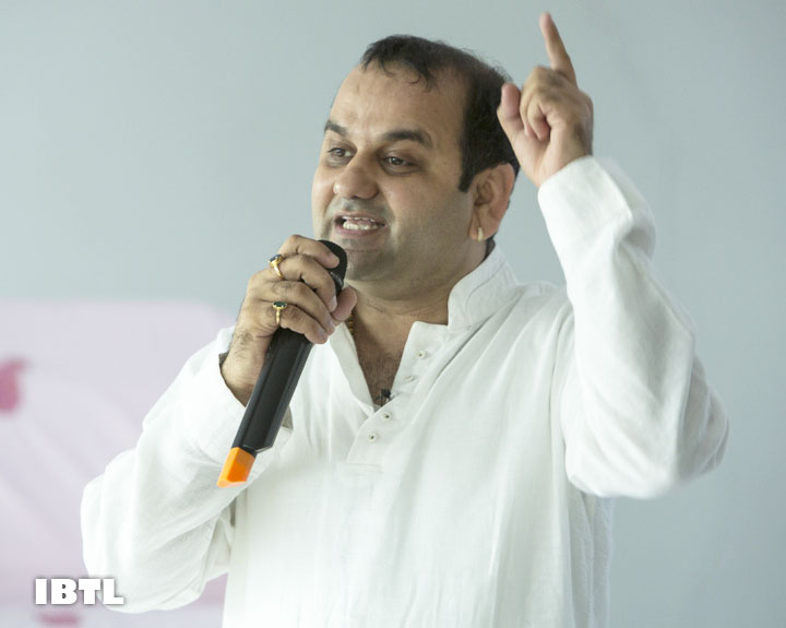 Shri Maheish Girri showing the correct DISHA